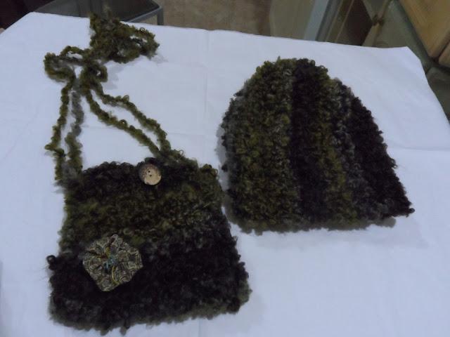 Gorro y bolso de lana confección artesanal