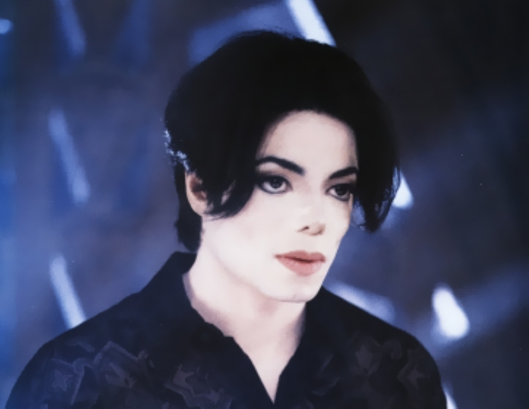 http://2.bp.blogspot.com/-4n_j5bKqNgI/TntBIfwO3jI/AAAAAAAAAe8/_sbfwxTXUMg/s1600/You-are-not-alone-michael-jackson-7127368-1086-840.jpg