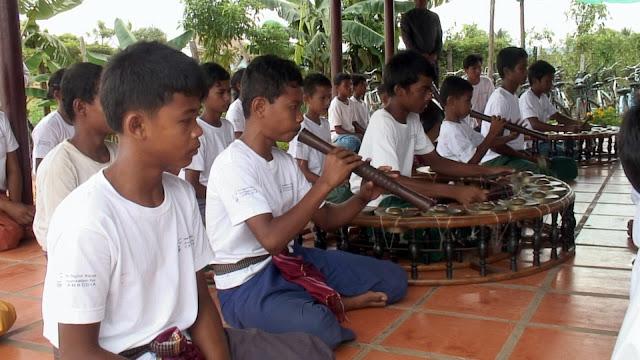 Les élèves de l'école de musique à Banteay Srei