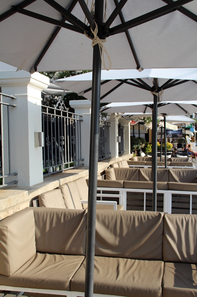 Randemar Sitzgruppe unter Sonnennschirmen in beige