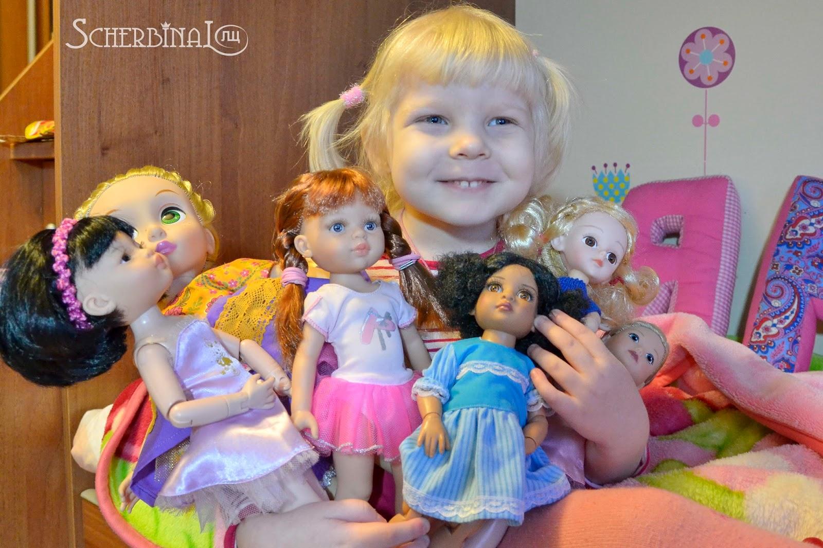 много кукол, счастливый ребенок