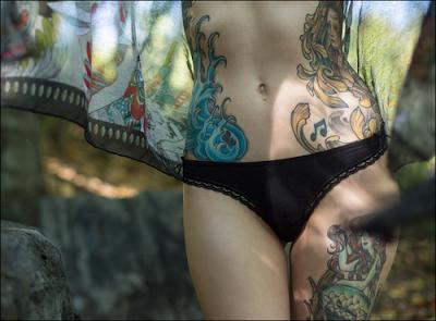 Kolorowy tatuaż na boku i udzie
