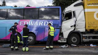 Σύγκρουση σε εθνική οδό. Σύγκρουση με πολλά θύματα. Μια πλήρως αυτόματη πέδηση σε όλα τα οχήματα παραγωγής θα μπορούσε να βοηθήσει στην πρόληψη αυτών των κακών εικόνων.