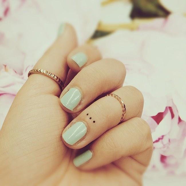 chica con los dedos tatuados 12
