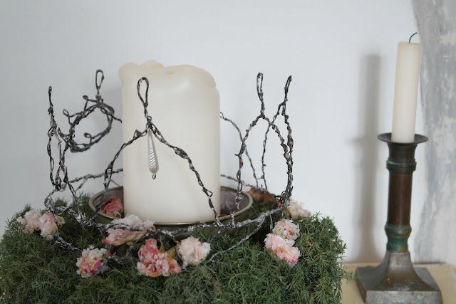 Krone aus Draht im Adventsgesteck