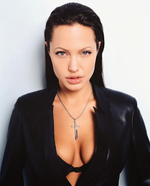 Анджелина Джоли с глубоким декольте