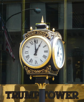 New York: l'orologio davanti alla Trump Tower sulla Fifth Avenue