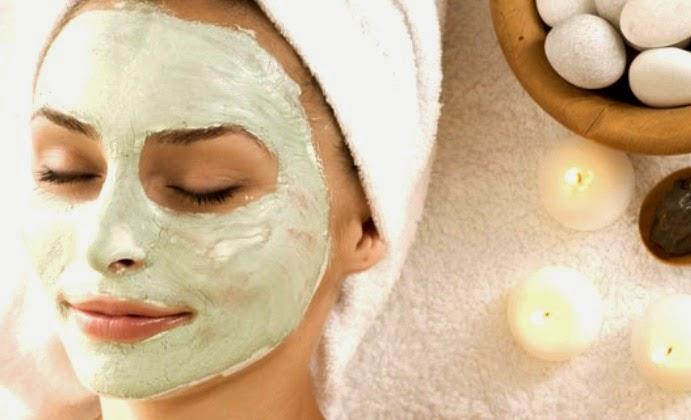 menggunakan masker alami