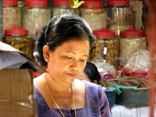Покупатель в Phsar Thmei - центральный рынок в Пномпене, Камбоджа Есть и быть www.EatAndBe.ru