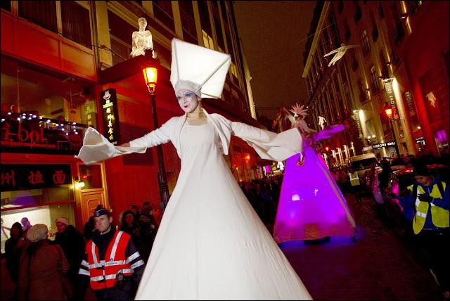 Babeltour propose des spectacles féeriques visuels, des spectacles sur échasses, des animations de rues pour les fêtes de Noel, festivités de décembre, fête de fin d'années....