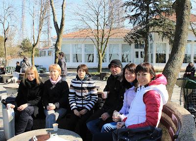 Мастер-классы Эбру проводились исключительно во второй половине дня. А день начинался с экскурсий по достопримечательностям и интересным местам Стамбула. Фото на память с мастером Фатихом и участницами из Киева.