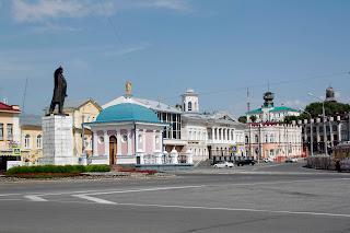 Plaza de Tomsk con Lenin presidiendo la rotonda