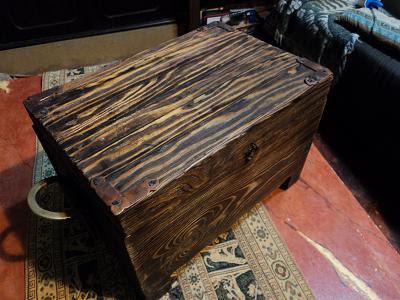 Living Dead Furniture: Arqueta de madera de pino.