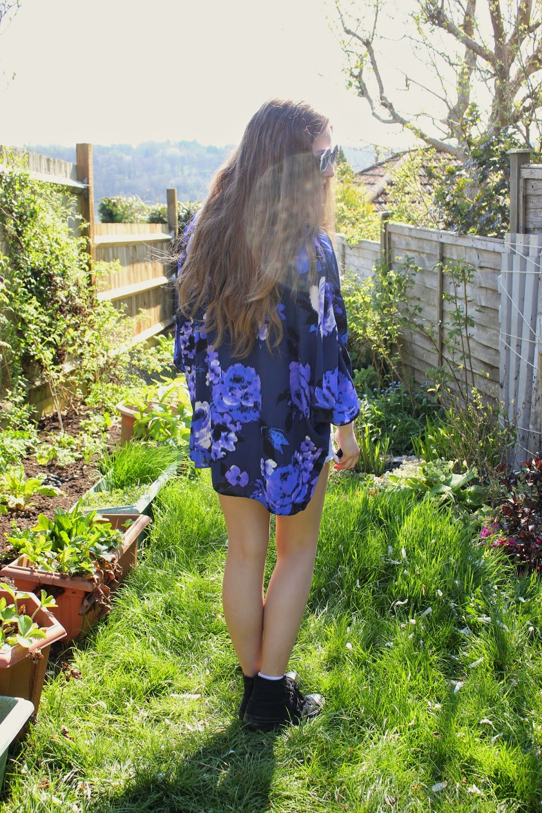 georgie-minter-brown-ootd-outfit-inspiration-blogger-fashion-kimono-new-look-clothes-style-top-topshop-shorts-levis-trainers-converse-sunglasses