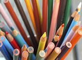 Agradáveis memórias me trazem os lápis de cor.