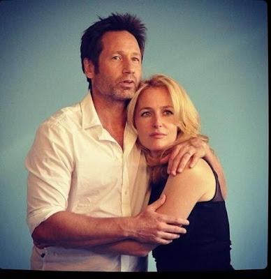 Gillian y David The X Files abrazo