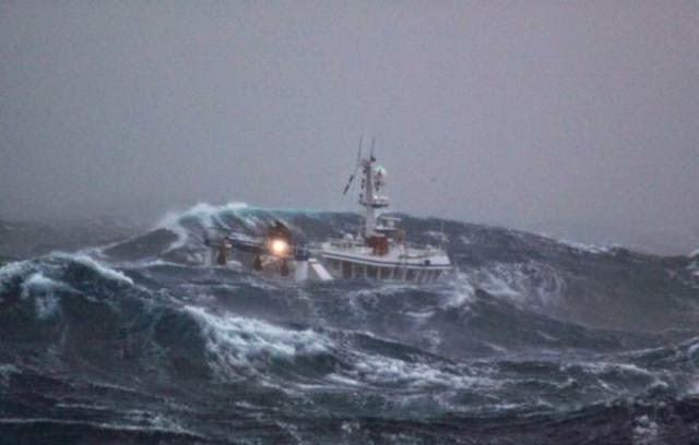 Foto Foto Kapal Berjuang Melawan Ombak dan Badai