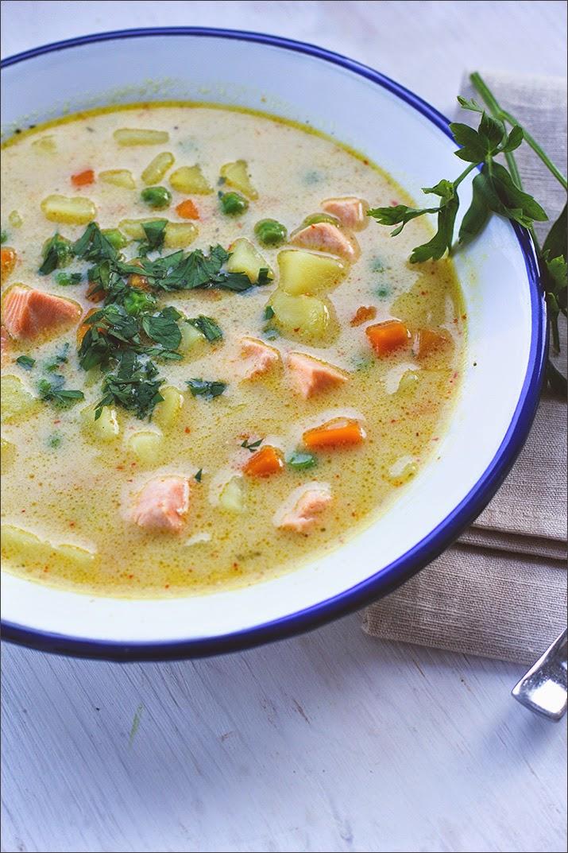 Kartoffel-Suppe mit Erbsen, Lachs und Kokosmilch, in einem Suppenteller serviert