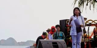 Menparekraf Mari Elka Pangestu membuka Pulau Merah Banyuwangi International Surfing Competition 2014, Jumat (23/5/2014).