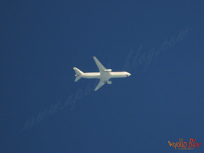 Avion fotografiat cu teleobiectiv