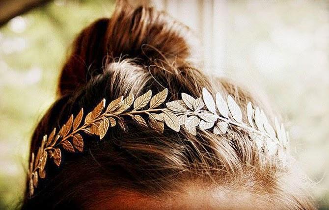 corona de metal pata boda con hojas doradas