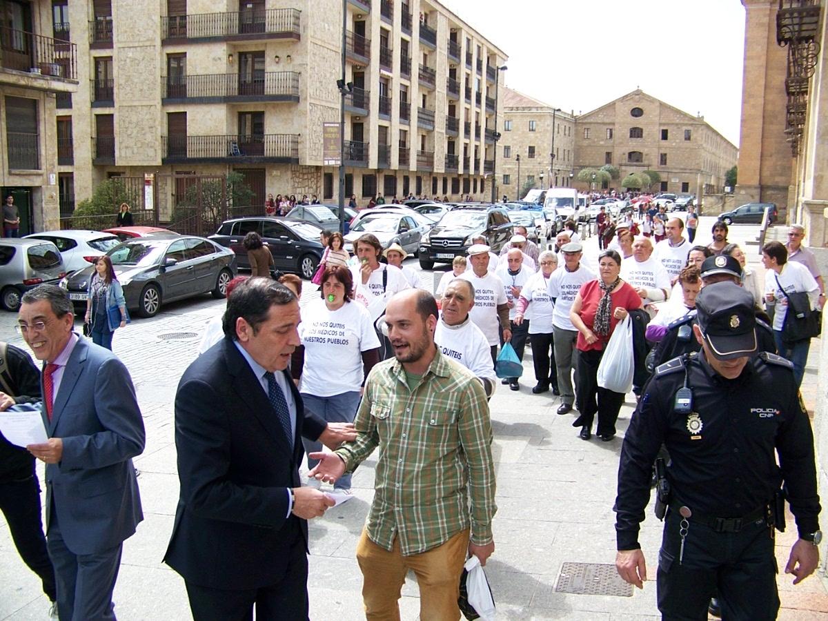 Jose MAraia Colados trata de habla con el consejero de sanidad