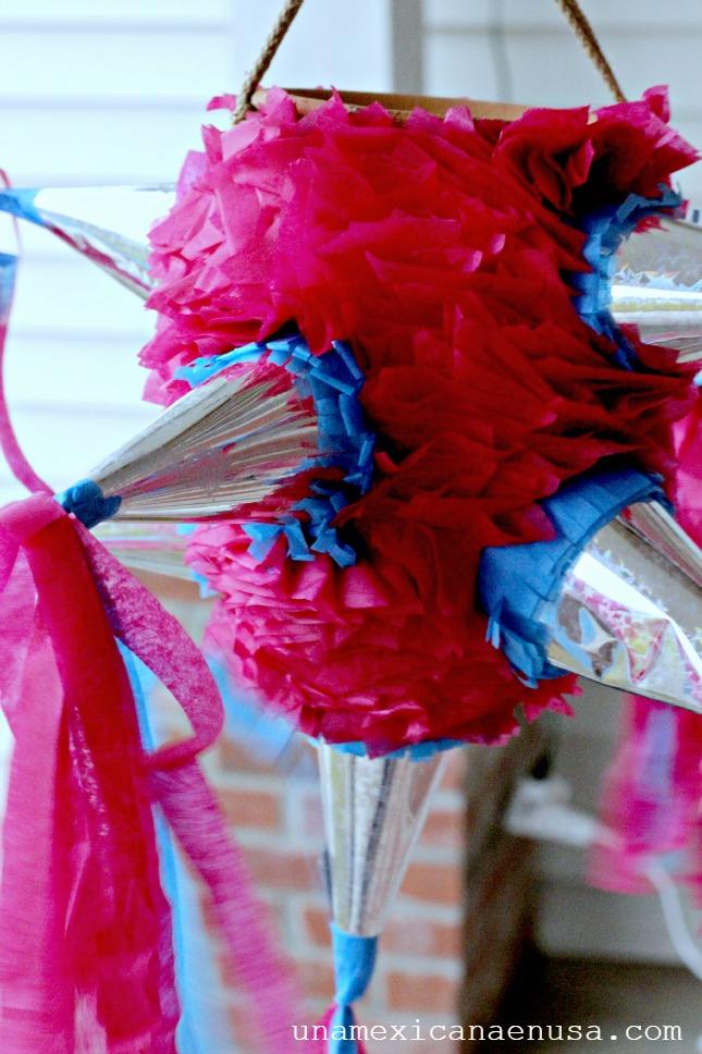 Piñata tradicional Mexicana en forma de estrellas con colores rosa y azul