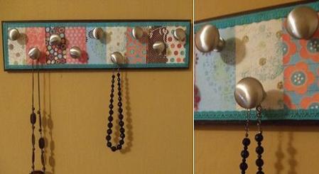 Y forrar una tabla con tela o papel y a adir pomos bonitos - Percheros para collares ...