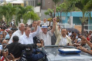 Hipólito recibe apoyo del  influyente líder  de la  base peledeista Luis Inchausti, quien anuncia su renuncia del gobierno y del PLD.