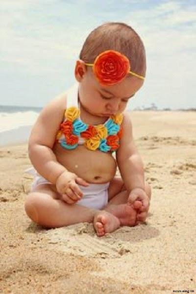 Image bébé filles avec bikini sur la plage