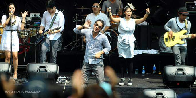 Foto Aksi Gaya Panggung Life Performance Maliq and D' Essentials
