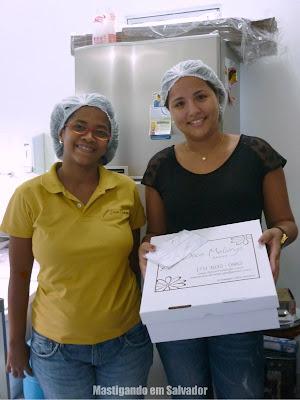 Queila Vasconcelos e Tiana Miranda, com a Torta oferecida pelo Atelier Doce Melange