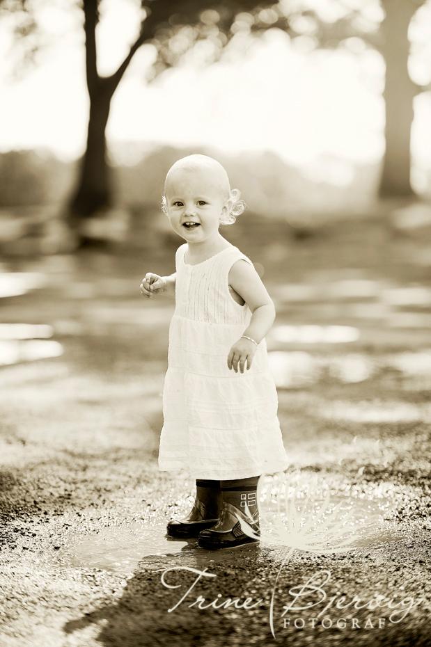 En blid liten jente, fotografert ute av Fotograf Trine Bjervig