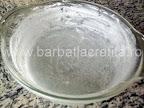 Budinca de paine preparare reteta - vasul pregatit cu unt si zahar