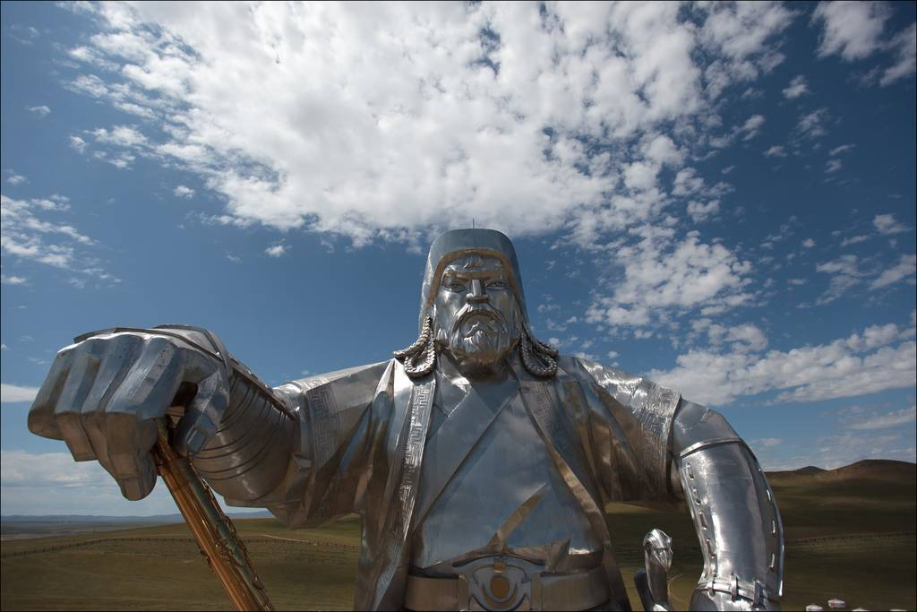 Actu du multimédia genghis khan rides again huge statue of