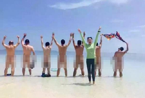 Pelancong Berbogel Di Pantai Pulau Sibuan