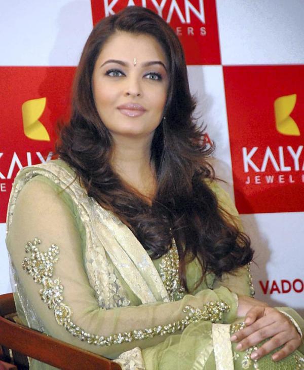 Aishwarya Rai in Salwar Kameez   FemalesPk.Com