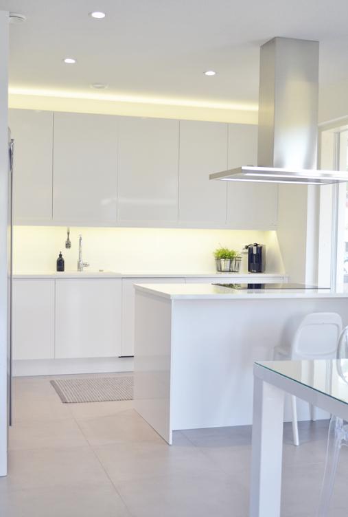 Villa Kivitalo Valkoinen keittiö ja ruokatila esittelyssä uusin kuvin