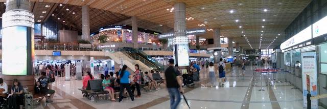 Pasajeros en el aeropuerto de Gimpo en Seúl