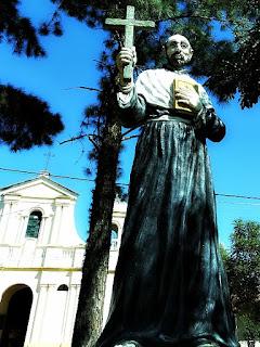 Igreja de Santiago vista da praça. Redução Jesuítica de Santiago, Paraguai