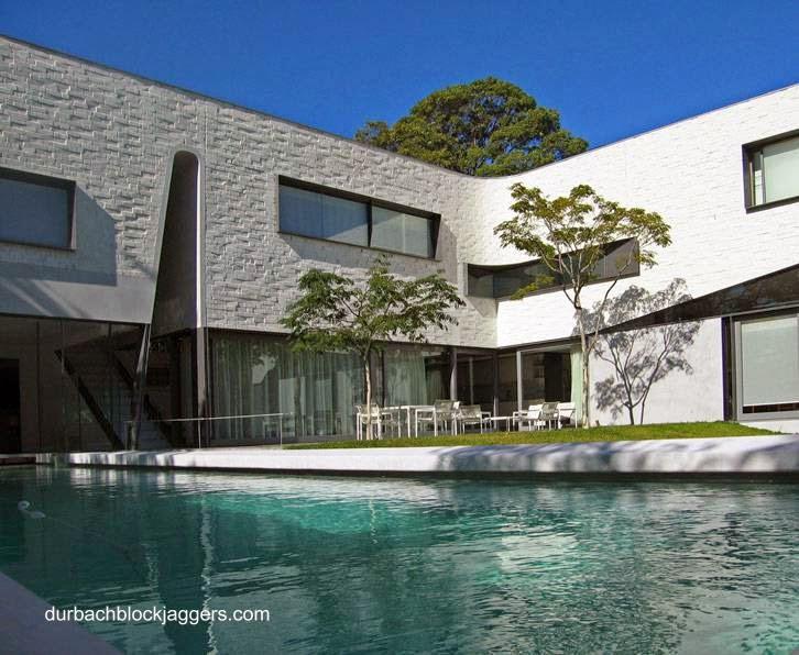Jardín a un lado del ángulo formado por el cuerpo en L de residencia contemporánea en Australia