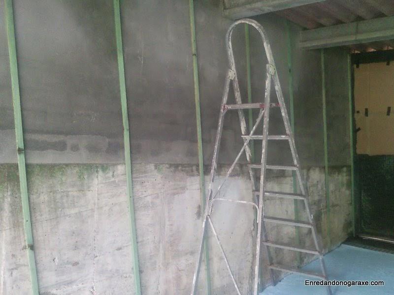 Listones atornillados a la pared del taller. Enredandonogaraxe.com
