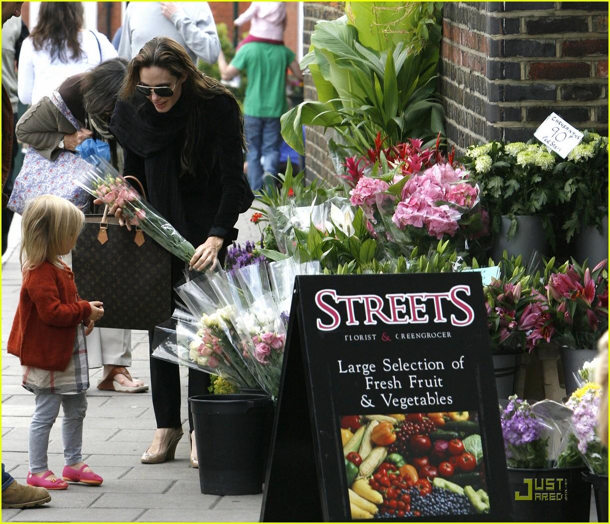 http://2.bp.blogspot.com/-4xoHzFWO-cg/TirMYZ5Y_1I/AAAAAAAAAqU/IRPU2wEziDU/s1600/angelina-jolie-vivienne-flowers-03.JPG