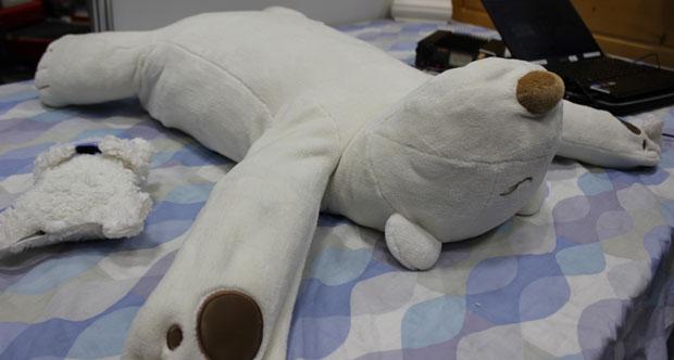 Japón crea osito de peluche robótico que te ayuda a dejar de roncar