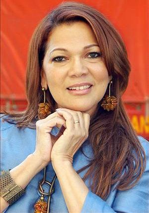 Angela Carrasco con ligera sonrisa