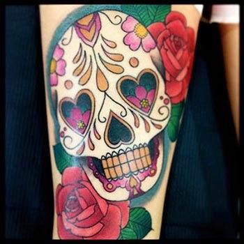 Tatuagem de caveira mexicana com rosas vermelhas