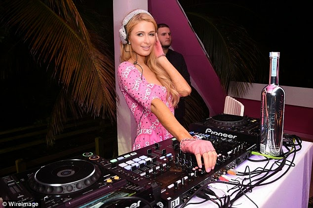 باريس هيلتون ترتدي اللون الزهري خلال حضورها حفل في ميامي