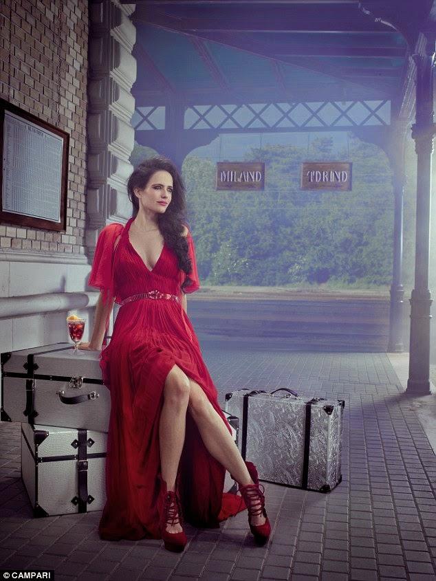 الممثلة الفرنسية إيفا غرين تشتعل أنوثةً باللون الأحمر في صور خيالية