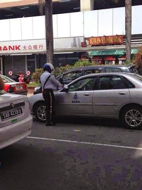 polis menyaman kereta yang membuat double parking