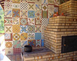 ... r?stico, com cores mais suaves na parede atr?s do forno colonial
